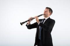 Hombre joven que juega el clarinete Foto de archivo