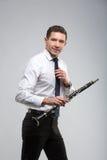 Hombre joven que juega el clarinete Foto de archivo libre de regalías