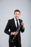 Hombre joven que juega el clarinete Fotos de archivo