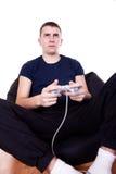 Hombre joven que juega el juego de ordenador Fotografía de archivo
