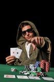 Hombre joven que juega el póker Foto de archivo libre de regalías