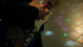 Hombre joven que juega en cierre de la guitarra eléctrica para arriba almacen de video
