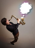 Hombre joven que juega en el saxofón con el espacio de la copia en la nube blanca Fotografía de archivo