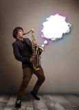 Hombre joven que juega en el saxofón con el espacio de la copia en la nube blanca Imagen de archivo