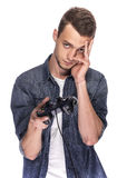 Hombre joven que juega en la consola o el ordenador Fotos de archivo