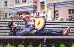 Hombre joven que juega en la guitarra acústica al aire libre Fotografía de archivo libre de regalías