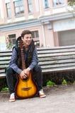 Hombre joven que juega en la guitarra acústica al aire libre Fotografía de archivo
