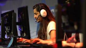 Hombre joven que juega en los juegos de ordenador metrajes