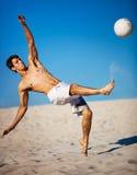 Hombre joven que juega a fútbol Foto de archivo