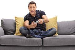 Hombre joven que juega a los juegos video Imágenes de archivo libres de regalías