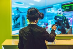 Hombre joven que juega los vidrios de la realidad virtual de los videojuegos alegre Fotografía de archivo