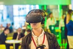 Hombre joven que juega los vidrios de la realidad virtual de los videojuegos alegre Foto de archivo