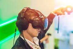 Hombre joven que juega los vidrios de la realidad virtual de los videojuegos alegre Imagen de archivo libre de regalías