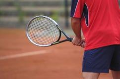 Hombre joven que juega a tenis Foto de archivo libre de regalías