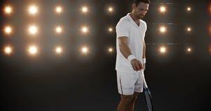 Hombre joven que juega a tenis almacen de metraje de vídeo