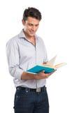 Hombre joven que lee un libro Fotografía de archivo
