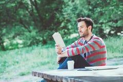 Hombre joven que lee un libro Foto de archivo libre de regalías