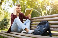 Hombre joven que lee un libro al aire libre Fotografía de archivo