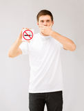 Hombre joven que lleva a cabo la muestra de no fumadores Imágenes de archivo libres de regalías