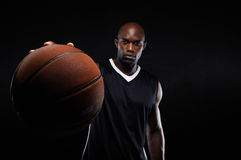Hombre joven que lleva a cabo un baloncesto Imágenes de archivo libres de regalías