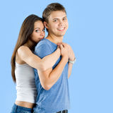 Hombre joven que lleva a cuestas a una mujer bonita Imagen de archivo