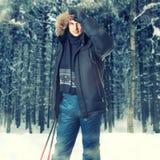 Hombre joven que lleva la chaqueta negra del invierno de la capilla de la piel Imágenes de archivo libres de regalías