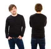 Hombre joven que lleva la manga larga negra en blanco Imagenes de archivo
