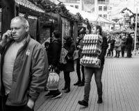 Hombre joven que lleva tres cajas de refrescos Imagen de archivo libre de regalías