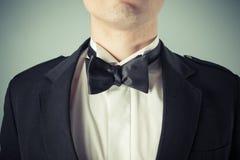 Hombre joven que lleva una corbata de lazo y un smoking Imágenes de archivo libres de regalías