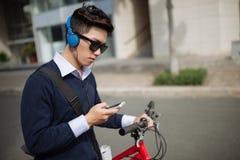 Hombre joven que manda un SMS Imagen de archivo