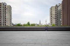 Hombre joven que manda un SMS en ciudad grande Fotos de archivo