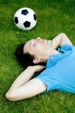 Hombre joven que miente en la hierba Fotografía de archivo libre de regalías