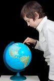 Hombre joven que mira el globo Fotos de archivo libres de regalías