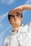 Hombre joven que mira en la distancia Imagen de archivo libre de regalías