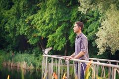 Hombre joven que mira en la distancia en la naturaleza Fotografía de archivo
