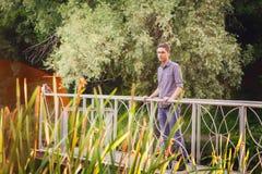 Hombre joven que mira en la distancia en la naturaleza Fotos de archivo libres de regalías
