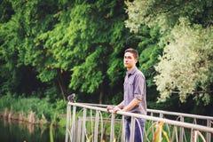 Hombre joven que mira en la distancia en la naturaleza Fotos de archivo