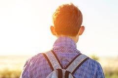 Hombre joven que mira en la distancia en un concepto del día soleado de libertad y de turismo fotos de archivo libres de regalías