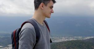 Hombre joven que mira la ciudad abajo metrajes