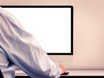 Hombre joven que mira la pantalla de ordenador vacía Foto de archivo