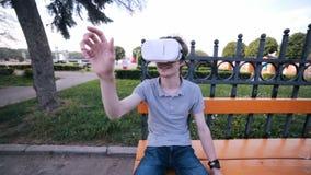 Hombre joven que mira la realidad virtual video de 360 grados usando los vidrios de VR