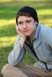 Hombre joven que mira lejos Foto de archivo