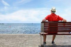 Hombre joven que mira paisaje del mar Fotos de archivo libres de regalías