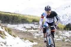 Hombre joven que monta una bici de montaña Foto de archivo