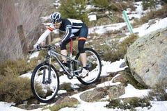 Hombre joven que monta una bici de montaña Imagenes de archivo