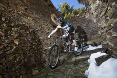 Hombre joven que monta una bici de montaña Fotos de archivo libres de regalías