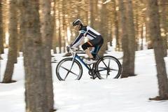 Hombre joven que monta una bici de montaña Fotografía de archivo