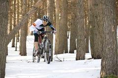 Hombre joven que monta una bici de montaña Foto de archivo libre de regalías