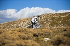 Hombre joven que monta una bici de montaña Imagen de archivo