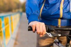 Hombre joven que monta una bicicleta imágenes de archivo libres de regalías